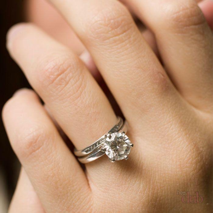 Вам кольцо на мизинце правой руки у женщин теплом